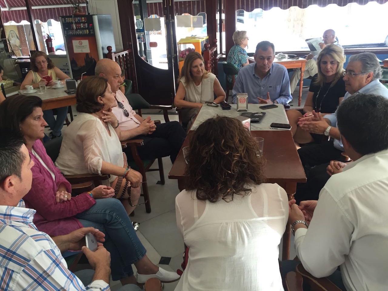 Zoido y Sanz mantienen una reunión con afiliados en Castilleja de la Cuesta
